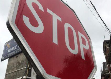 Nettoyage panneau stop