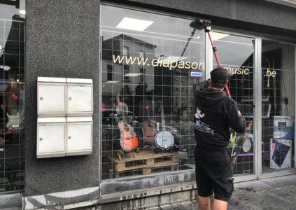 """Illustration du lavage de vitres chez un client à La Louvière (Diapason Music) par l'entreprise de nettoyage de vitres """"Le coup de raclette.NET"""""""