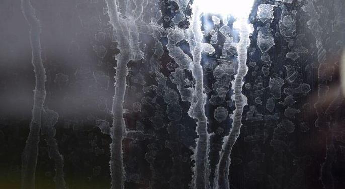 Illustration d'eau dure calcaire (magnésium, calcium) sur une vitre en verre