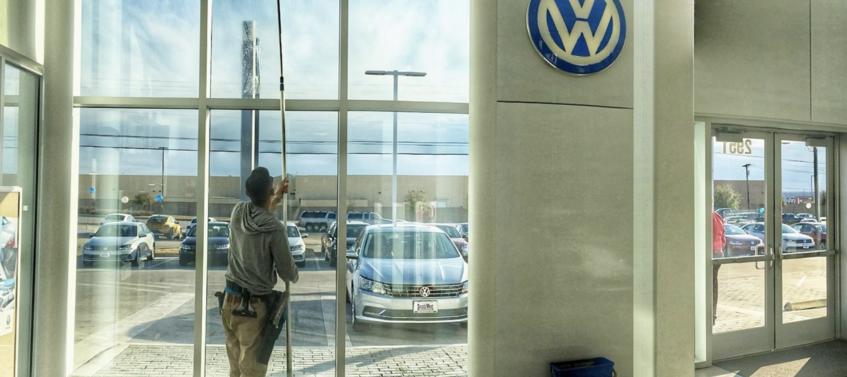 Laveur de vitres garage automobile Volkswagen