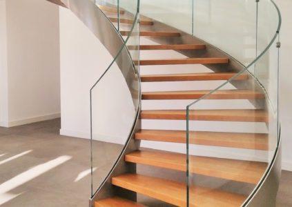 Nettoyage de rampes d'escaliers en verre