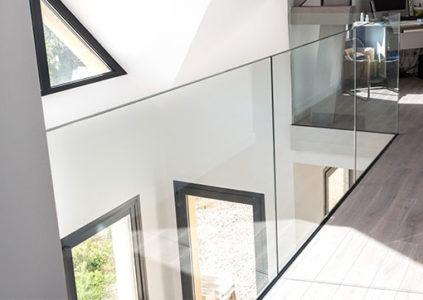 Nettoyage de rambarde vitrée intérieure