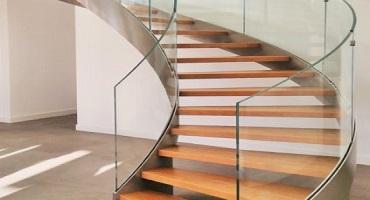 Nettoyage de rampes d'escaliers en verre à l'eau ultra pure