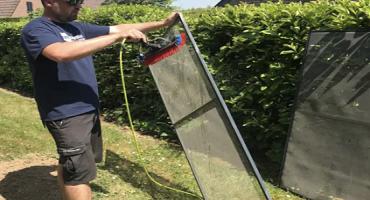 Nettoyage de moustiquaires à l'eau ultra pure