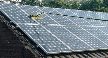Nettoyage de panneaux solaires en verre lisse à l'eau ultra pure