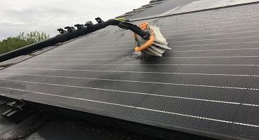 nettoyage de panneaux solaires en verre micro-structure a l'eau ultra pure