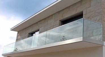 Nettoyage de rambardes vitrées extérieures à l'eau ultra pure