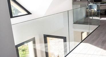 Nettoyage de rambardes vitrées intérieures à l'eau ultra pure