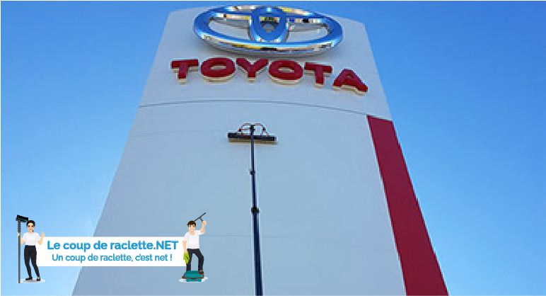 Nettoyage d'une enseigne Toyota
